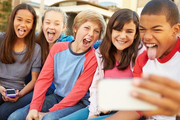 As crianças com smartphone contagiam mais de piolhos