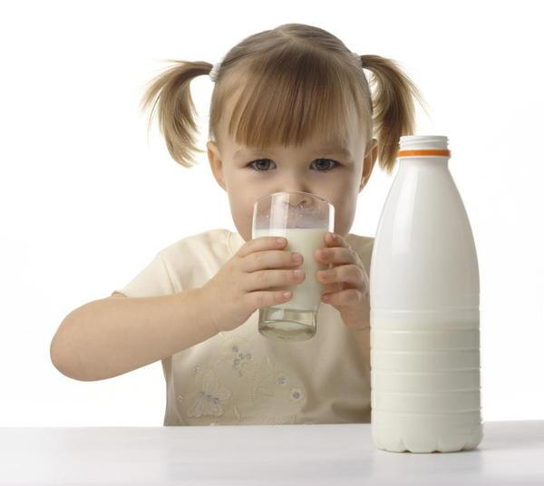 Crianças que bebem leite integral são mais estreitos