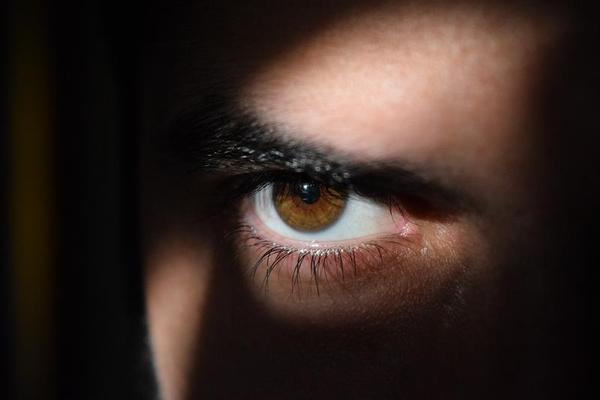 Encontrados 27 lentes no olho de uma mulher