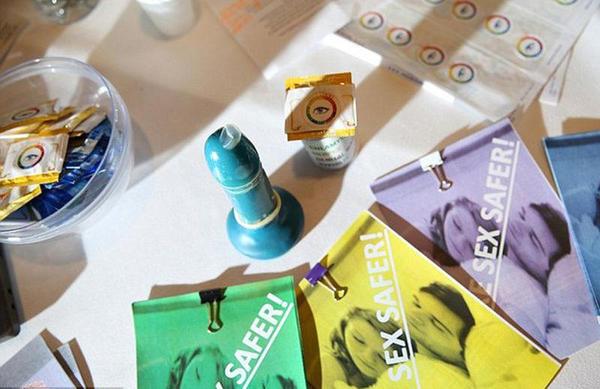 Alguns adolescentes inventam um preservativo que muda de cor se detecta doenças de transmissão sexual