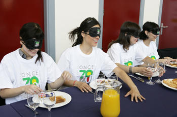 A ONZE explica em um líbro como ajudar as pessoas cegas a subir no ônibus ou atravessar a rua