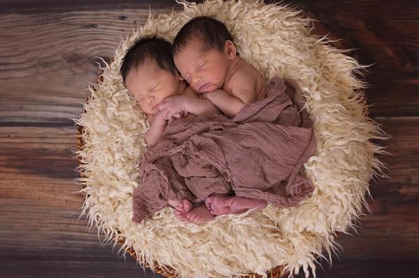 Por que os bebês devem dormir com seus pais, os primeiros seis meses?