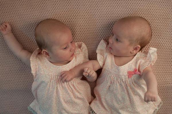 Por que um irmão gêmeo, que sempre é mais pequeno do que o outro?