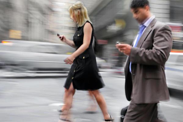 Andar distraído por culpa dos dispositivos móveis está se tornando uma epidemia