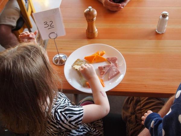 Por que você não deveria deixar que seus filhos repitam prato de comida?