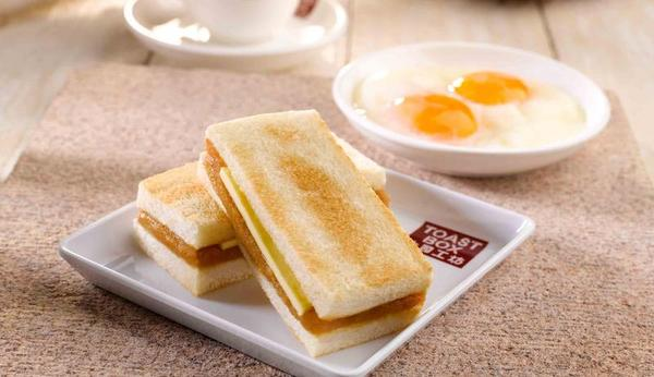 Quais são os riscos de tostar demais o pão?